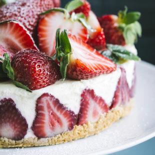 Küpsisetort valge šokolaadi ja maasikatega