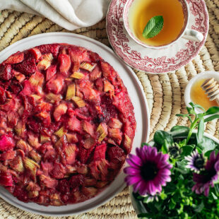 Tagurpidi rabarberi-maasikakook väikese veiniga
